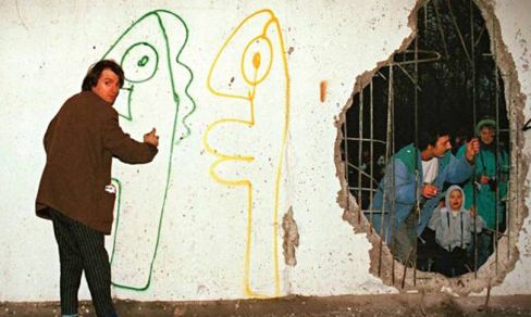 Thierry Noir at work on the Berlin Wall