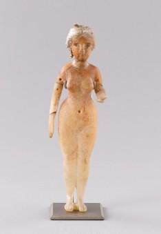 Statuette féminine nue debout, en albâtre, verre, terre cuite et or, époque parthe, de Babylonie, Louvre © 2010 RMN / Franck Raux