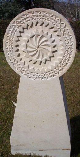 Stèle solaire réalisée par l'artiste