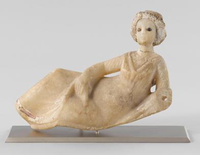 Statuette féminine drapé et assise, en albâtre, époque parthe, de Babylonie, Louvre © 2008 RMN / Franck Raux