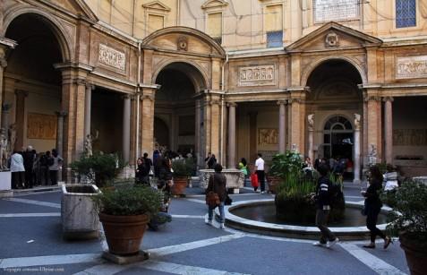La cour des Statues du Palais du Belvédère, où est installé le Laocoon