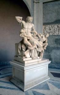Vue latérale de la sculpture