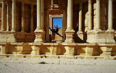 Ahmad Joudeh dansant dans le théâtre romain de Palmyre en 2016 ©Ahmad Joudeh
