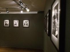 Vue de la salle consacrée à douze photographies de la série Métamorphoses par la lumière (1936) ©Célia Bellache