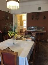 Salle à manger avec la table laissée comme à son départ