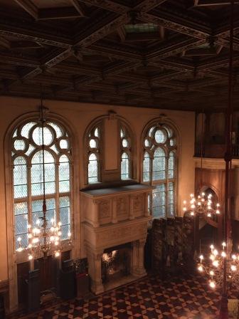 Vue depuis le premier étage de la grande salle avec la cheminée d'inspiration XVIe siècle