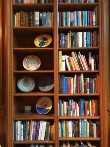 Une partie de la bibliothèque présente dans les salons de l'hôtel