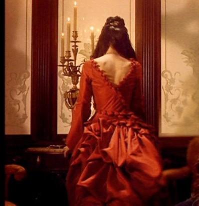 Mina dans sa rouge rouge