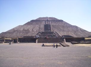 Pyramide du Soleil, Wikimedia Commons