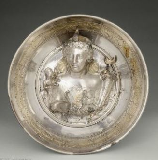 Coupe à emblema (portrait), fin du Ier siècle av. J.-C ou première moitié du Ier siècle ap. J.-C, argent avec dorures, diamètre de 22,5 cm et hauteur de 6cm, conservé au musée du Louvre (visible dans la salle 662). Crédits : RMN/Hervé Lewandowski