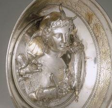 S'agirait-il de Cléopâtre VII ou de sa fille, Cléopâtre Séléné de part le croissant de lune ?