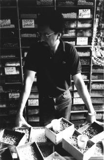 Michel Nedjar, Portrait deTeo Hernández dans le magasin où il travaillait au Marché Malik, Fonds Teo Hernández, Centre Pompidou/MNAM/CCI - Bibliothèque Kandinsky