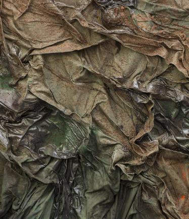 Dala Nasser, Sans titre (détail), 2018, sumac, menthe, charbon, latex liquide, habillage d'échafaudage, résine, 190 x 130 cm. Courtesy de l'artiste.