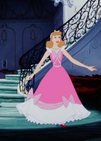 Cendrillon portant la robe de sa mère © disney