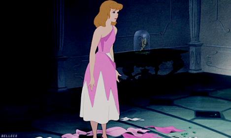 La robe en lambeaux après que les belles soeurs se sont déchaïnées © disney