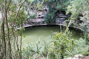 800px-Cenote_brunnen_Chichen_itza