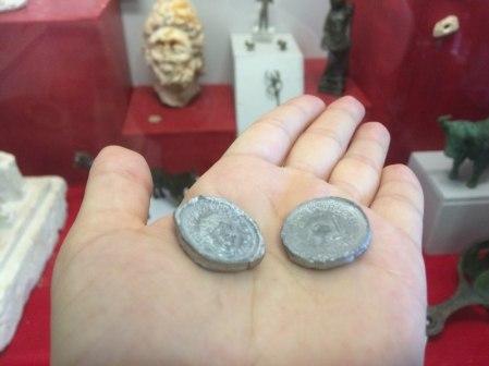 Les pièces en étain frappées par les bénévoles de Chateaubleau
